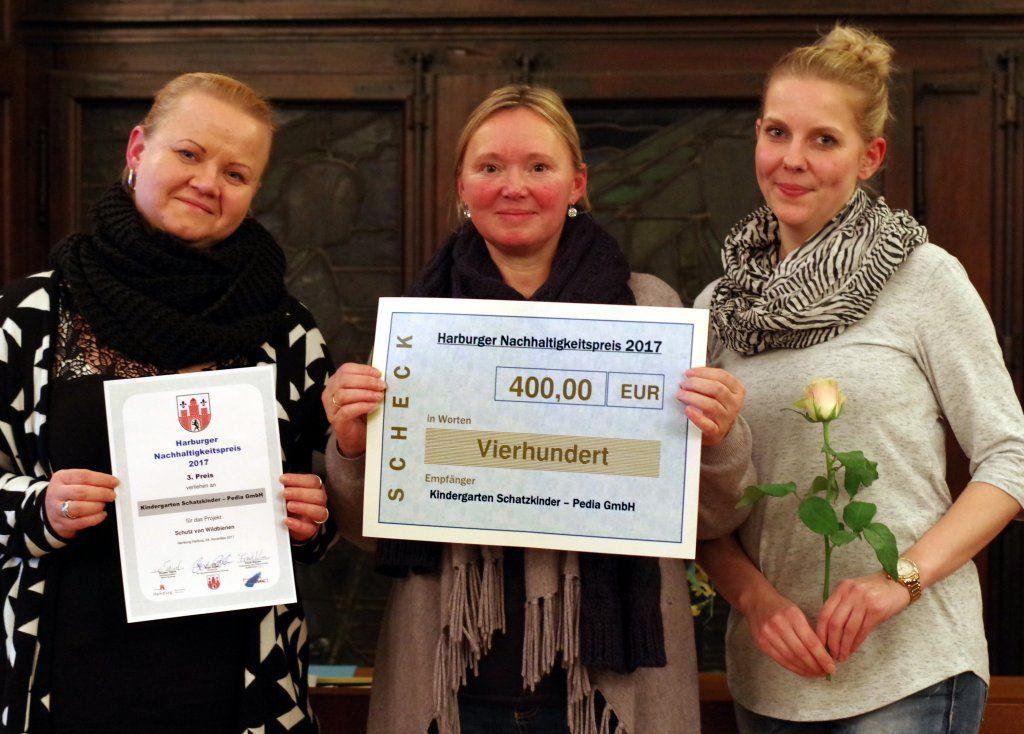 Das Team der Kita Schatzkinder freut sich über die Auszeichnung (Foto: Gisela Baudy)